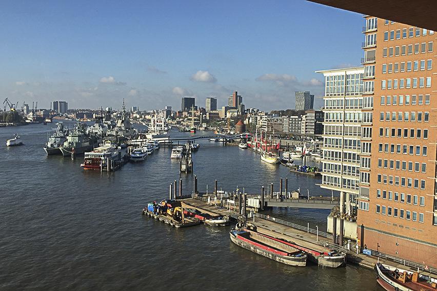 Die Plaza der Elbphilharmonie Hamburg Blick auf den Hafen