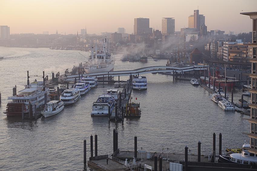 Die Plaza der Elbphilharmonie Hamburg Blick in den Hafen Hamburg