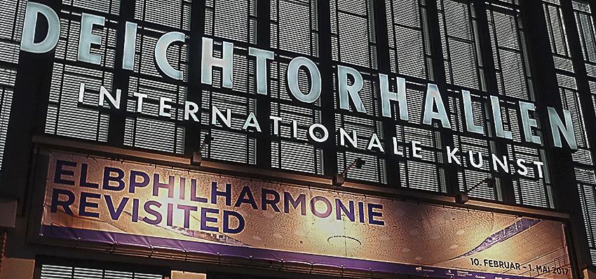 Deichtorhallen Elbphilharmonie Revisited Aussenwerbung der Ausstellung Leuchtreklame