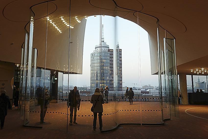 Die Plaza der Elbphilharmonie Hamburg Blick Richtung City