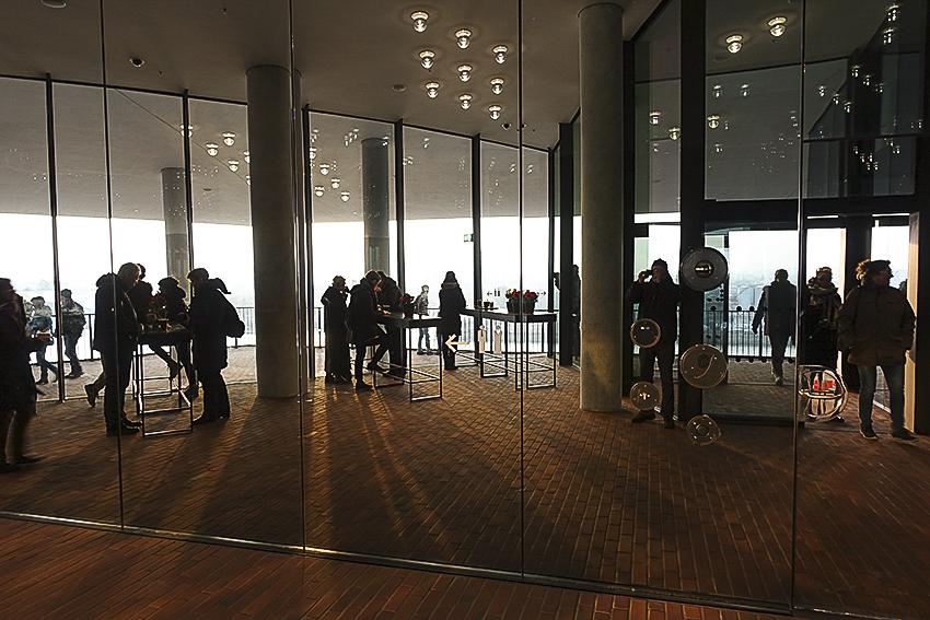 Die Plaza der Elbphilharmonie Hamburg Spiegelwand