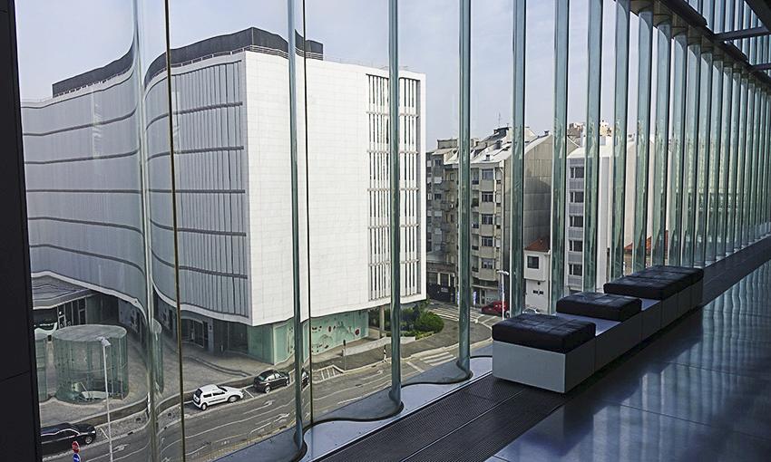 Casa da Musica Porto gewelltes Glasfenster