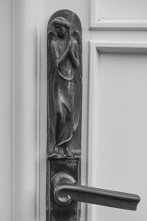 Ohlsdorfer Friedhof Engel auf Türbeschlag Kapelle 13