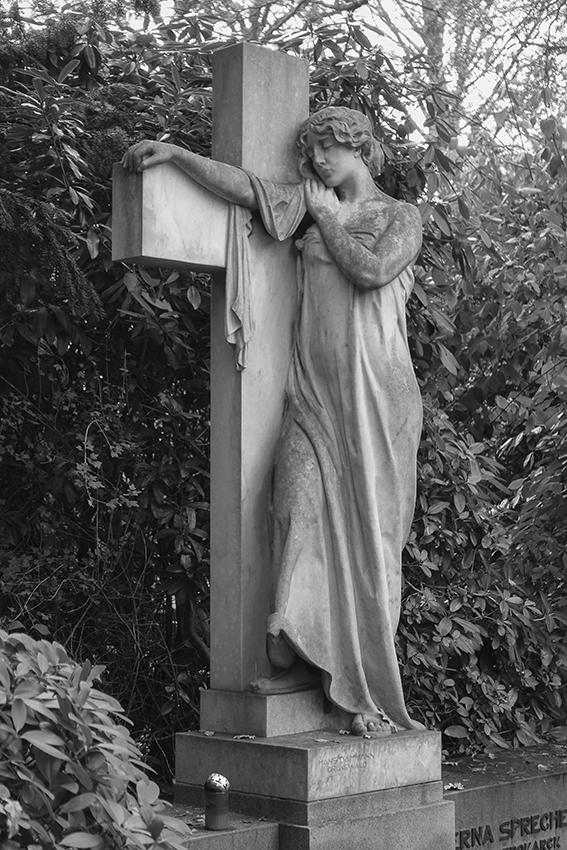 Ohlsdorfer Friedhof Frau mit Kreuz