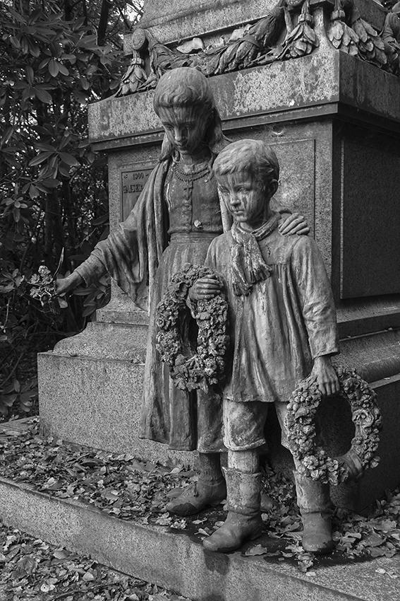 Ohlsdorfer Friedhof Kinder am Grabmahl